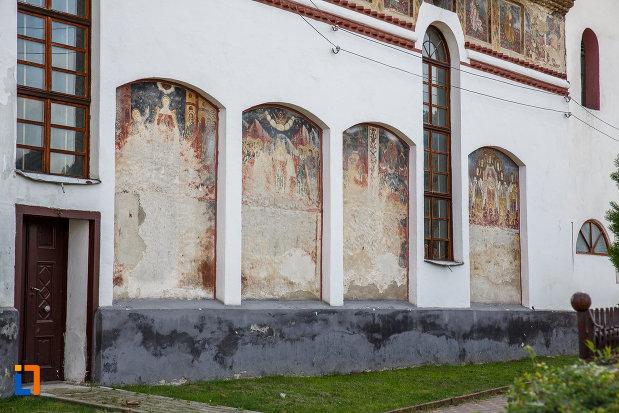 biserica-inaltarea-domnului-1785-din-saliste-judetul-sibiu-vazuta-din-lateral.jpg