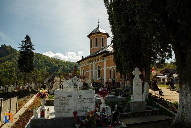 biserica-intrarea-maicii-domnului-in-biserica-din-brezoi-judetul-valcea-vazuta-din-cimitir.jpg