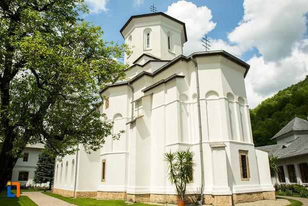 biserica-manastirii-tismana-judetul-gorj-vazuta-din-e.jpg