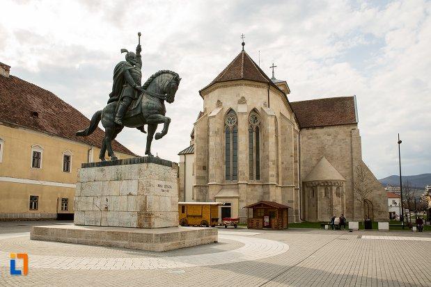 biserica-medievala-si-statuia-ecvestra-a-lui-mihai-viteazul-din-alba-iulia-judetul-alba.jpg