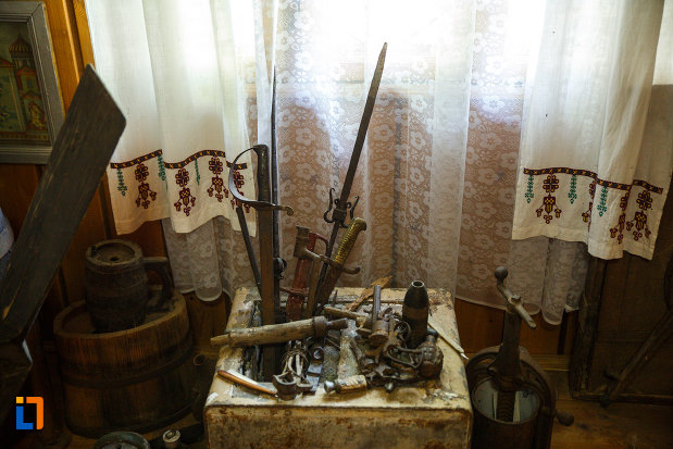 biserica-muzeu-sf-ilie-biserica-noua-din-dragasani-cateva-arme-expuse-aici.jpg