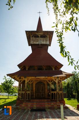 biserica-muzeu-sf-ilie-biserica-noua-din-dragasani-intrarea-in-biserica-de-lemn.jpg