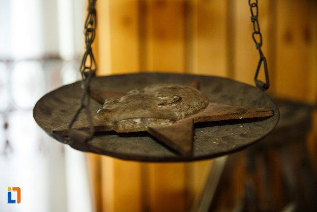 biserica-muzeu-sf-ilie-biserica-noua-din-dragasani-pentagrama-cu-sculptura.jpg