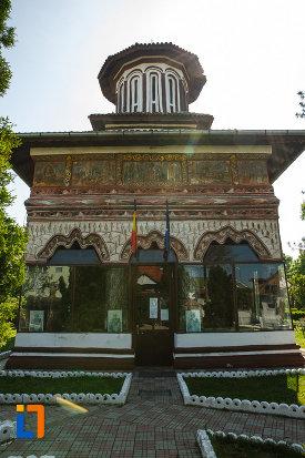 biserica-muzeu-sf-ilie-biserica-noua-din-dragasani-vazuta-din-fata.jpg