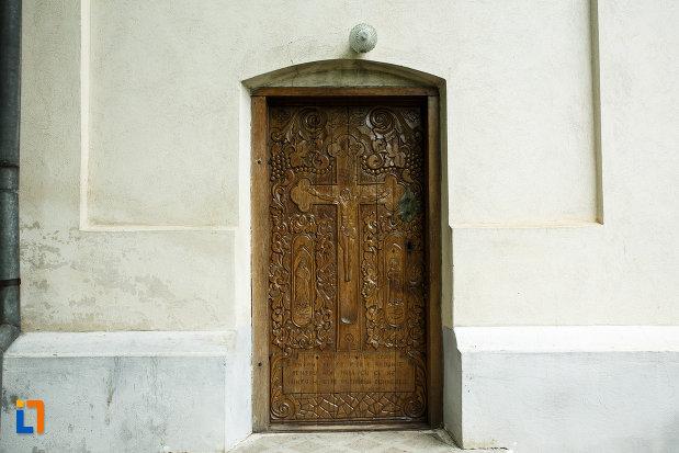 biserica-nasterea-maicii-domnului-din-odobesti-judetul-vrancea-usa-sculptata-din.jpg