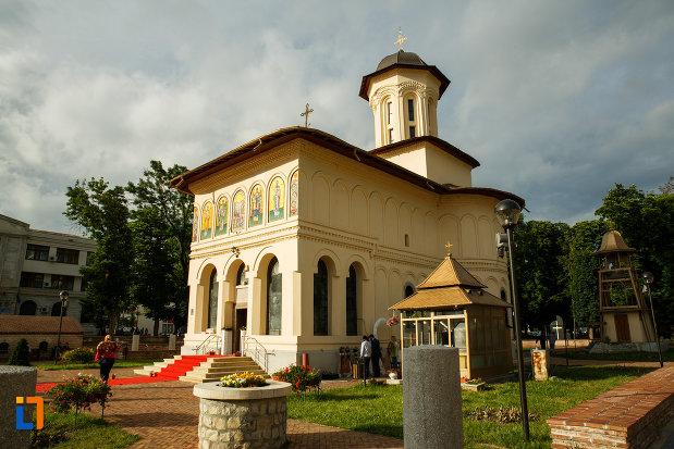 biserica-nasterea-sf-ioan-botezatorul-1664-din-focsani-judetul-vrancea-vazuta-din-lateral.jpg