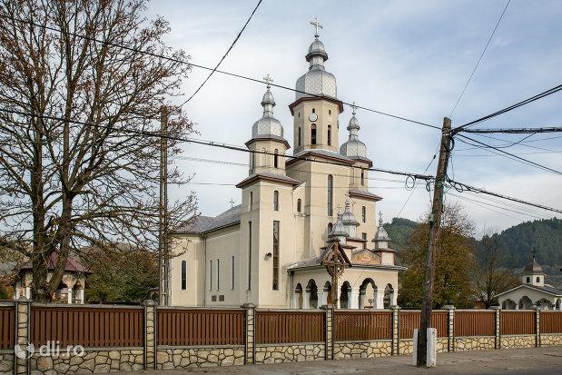 biserica-noua-din-rozavlea-judetul-maramures-vedere-laterala.jpg