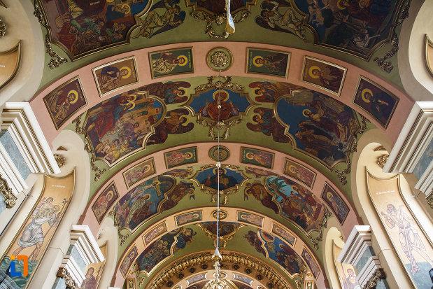 biserica-ortodoxa-adormirea-maicii-domnului-din-lugoj-judetul-timis-imagine-cu-bolta-edificiului.jpg