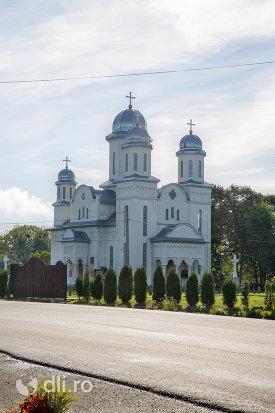 biserica-ortodoxa-din-livada-judetul-satu-mare-vedere-de-la-distanta.jpg