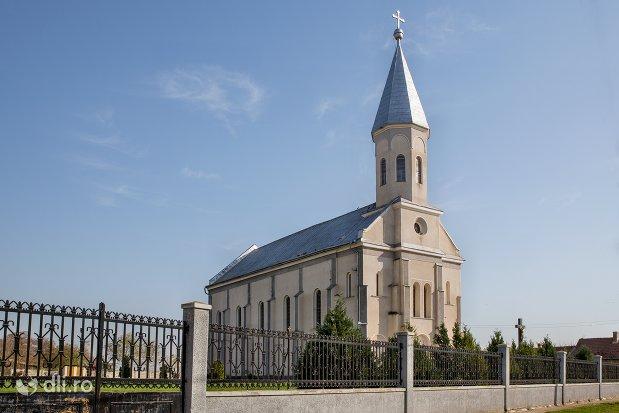biserica-ortodoxa-din-piscolt-judetul-satu-marevedere-din-lateral.jpg