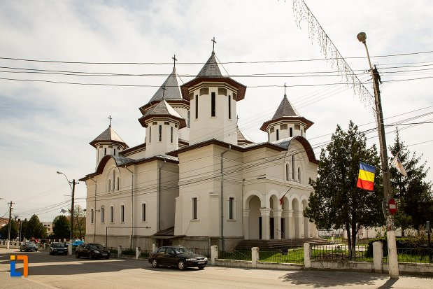 biserica-ortodoxa-din-teius-judetul-alba-vazuta-din-lateral.jpg