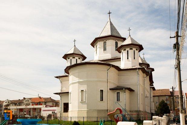 biserica-ortodoxa-din-teius-judetul-alba-vazuta-din-spate.jpg