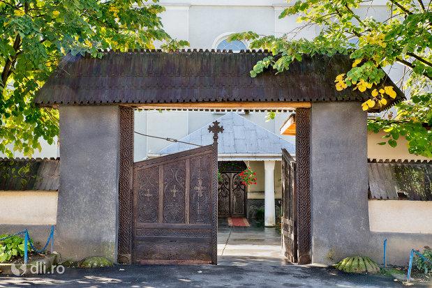 biserica-ortodoxa-nasterea-maicii-domnului-din-negresti-oas-judetul-satu-mare-poarta-din-lemn.jpg