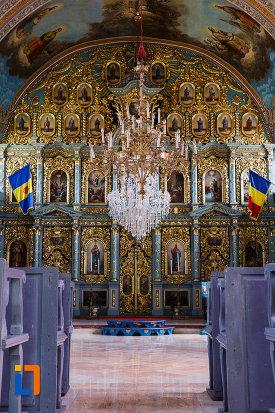 biserica-ortodoxa-nasterea-maicii-domnului-din-sannicolau-mare-judetul-timis-altarul-si-candelabrul-impunator.jpg