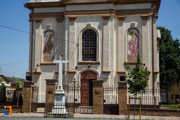 biserica-ortodoxa-nasterea-maicii-domnului-din-sannicolau-mare-judetul-timis-gardul-si-crucea-din-curte.jpg
