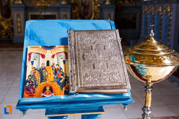 biserica-ortodoxa-nasterea-maicii-domnului-din-sannicolau-mare-judetul-timis-iconostas-si-biblie.jpg