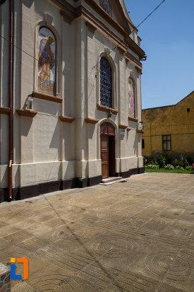 biserica-ortodoxa-nasterea-maicii-domnului-din-sannicolau-mare-judetul-timis-imagine-cu-usa-din-lateral.jpg
