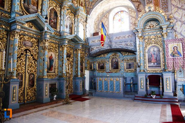 biserica-ortodoxa-nasterea-maicii-domnului-din-sannicolau-mare-judetul-timis-imagine-din-dreapta-altarului.jpg