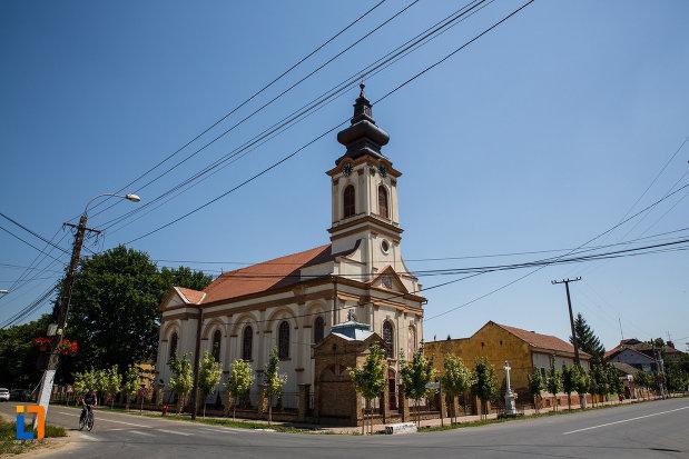 biserica-ortodoxa-nasterea-maicii-domnului-din-sannicolau-mare-judetul-timis-vazuta-de-la-distanta.jpg