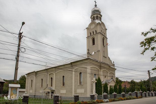 biserica-ortodoxa-sf-apostoli-petru-si-pavel-din-cicarlau-judetul-maramures-vedere-din-lateral.jpg