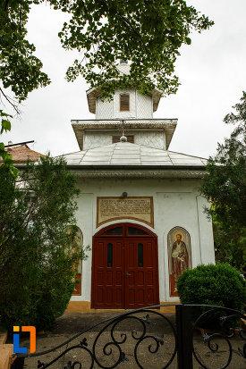 biserica-ortodoxa-sf-apostoli-petru-si-pavel-din-focsani-judetul-vrancea-fatada-principala.jpg
