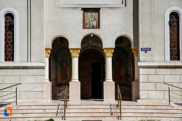 biserica-ortodoxa-sf-nicolae-din-orastie-judetul-hunedoara-trepte-si-coloane-de-la-intrare.jpg