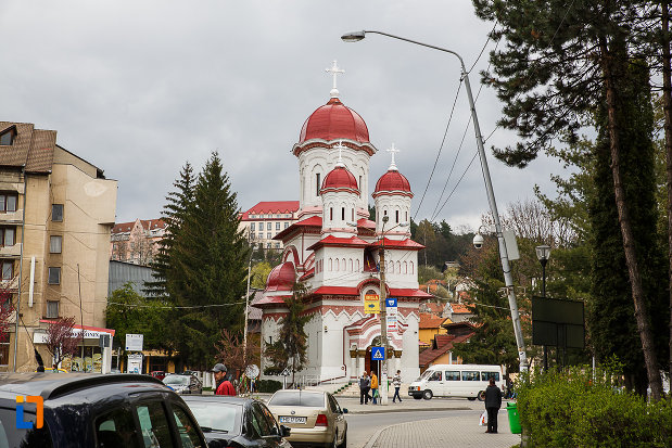 biserica-ortodoxa-sf-treime-din-petrosani-judetul-hunedoara-vazuta-de-la-distanta.jpg