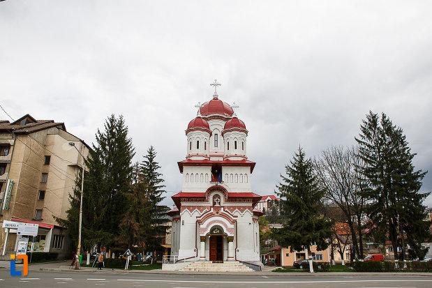 biserica-ortodoxa-sf-treime-din-petrosani-judetul-hunedoara-vazuta-din-fata.jpg
