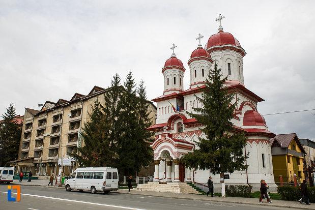 biserica-ortodoxa-sf-treime-din-petrosani-judetul-hunedoara-vazuta-din-lateral.jpg