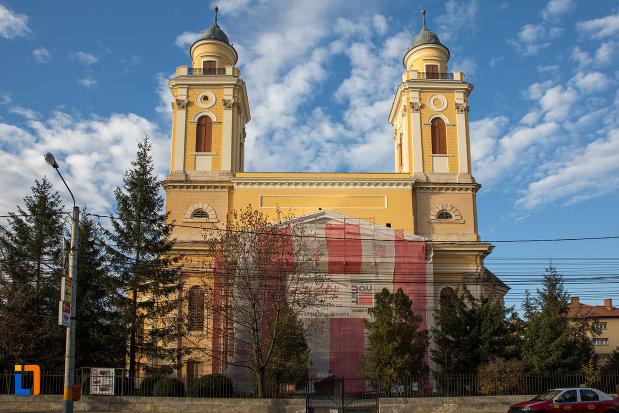 biserica-reformata-cu-doua-turnuri-din-cluj-napoca-judetul-cluj.jpg