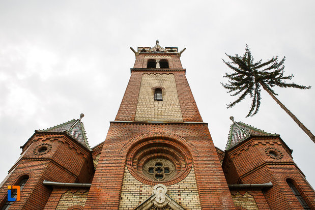 biserica-reformata-din-deva-judetul-hunedoara-fatada-vazuta-de-jos.jpg