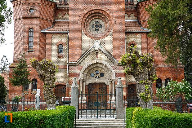 biserica-reformata-din-deva-judetul-hunedoara-fotografie-cu-poarta.jpg
