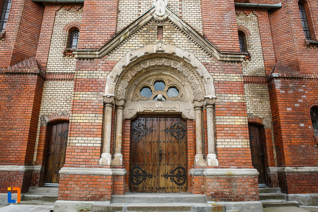 biserica-reformata-din-deva-judetul-hunedoara-poza-cu-intrarea-in-lacas.jpg