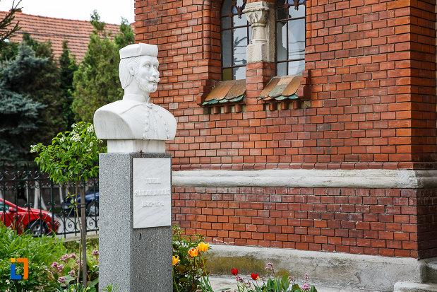 biserica-reformata-din-deva-judetul-hunedoara-statuie-din-curte.jpg