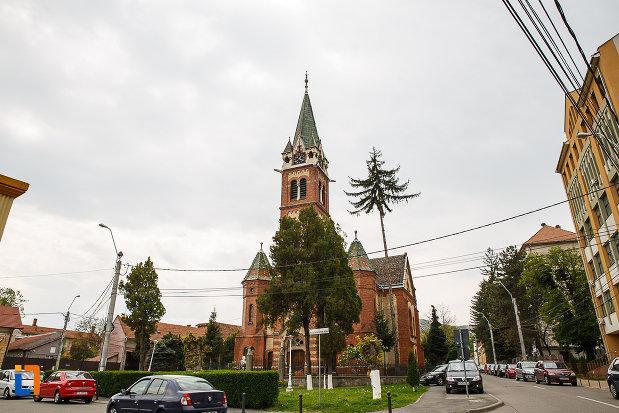 biserica-reformata-din-deva-judetul-hunedoara-vazuta-de-la-distanta.jpg