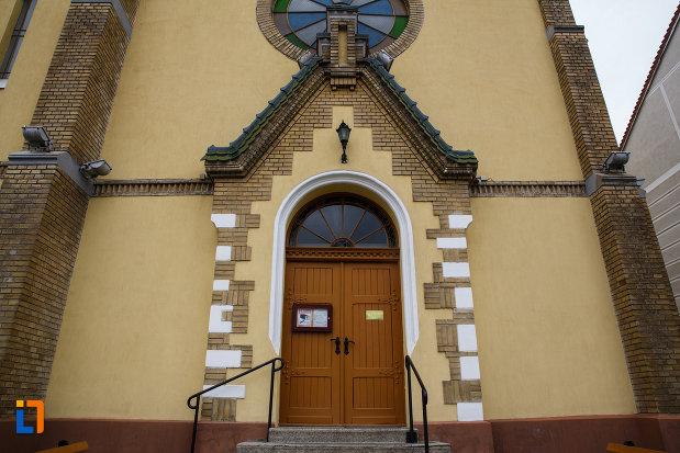 biserica-reformata-din-lugoj-judetul-timis-usa-din-lemn.jpg