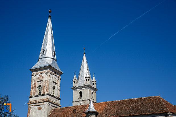biserica-reformata-din-orastie-judetul-hunedoara-imagine-cu-acoperisul.jpg