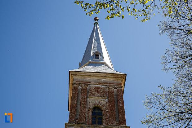biserica-reformata-din-orastie-judetul-hunedoara-prim-plan-cu-turnul-bisericii.jpg