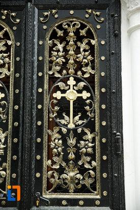 biserica-robescu-din-focsani-judetul-vrancea-detalii-ornamentale-din-fier-forjat.jpg