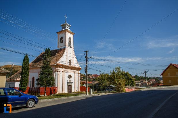 biserica-romano-catolica-1800-din-ocna-sibiului-judetul-sibiu-vazuta-de-la-distanta.jpg