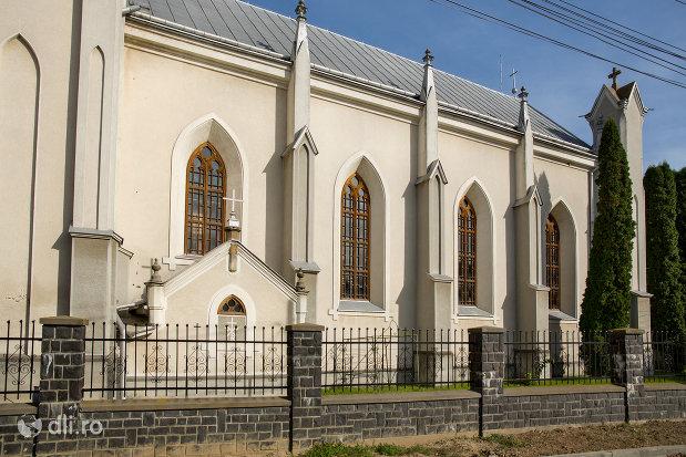biserica-romano-catolica-din-seini-judetul-maramures-vedere-laterala.jpg