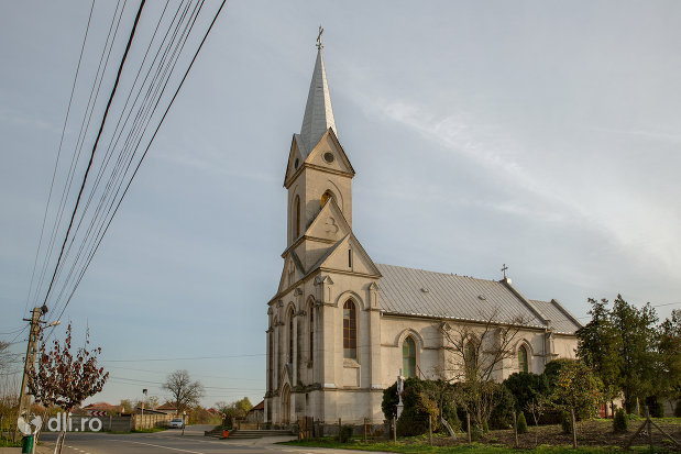 biserica-romano-catolica-din-valea-lui-mihai-judetul-bihor-vazuta-din-lateral.jpg