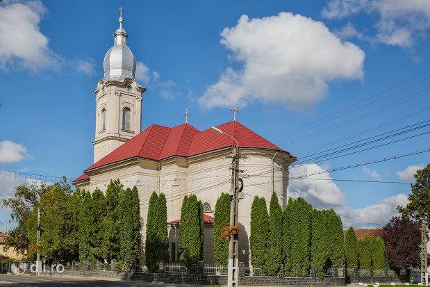 biserica-romano-catolica-livada-judetul-satu-mare-vazuta-din-lateral-spate.jpg