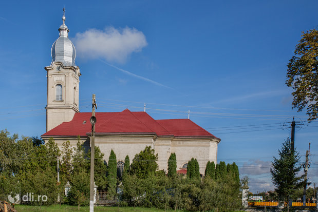 biserica-romano-catolica-livada-judetul-satu-mare-vazuta-din-lateral.jpg