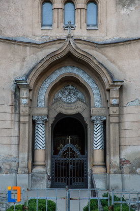 biserica-romano-catolica-sf-cruce-din-timisoara-judetul-timis-poza-cu-intrarea.jpg