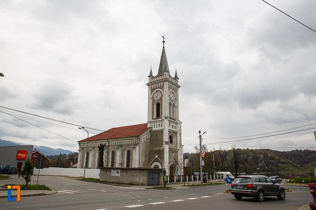 biserica-romano-catolica-sf-varvara-din-petrosani-judetul-hunedoara-imagine-de-la-departare.jpg