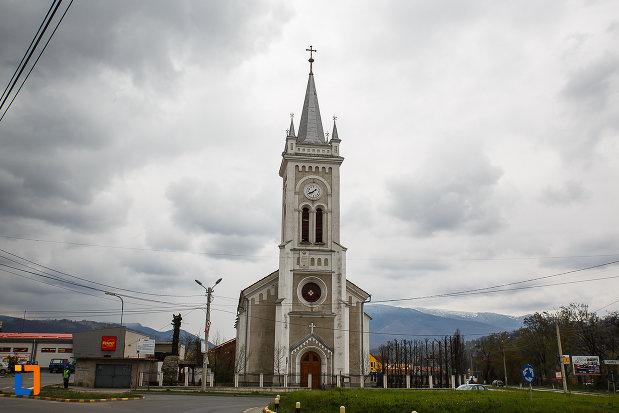 biserica-romano-catolica-sf-varvara-din-petrosani-judetul-hunedoara-imagine-din-fata.jpg