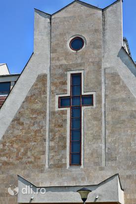 biserica-romano-catolica-sfantul-duh-din-satu-mare-detaliu-cruce.jpg