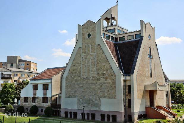 biserica-romano-catolica-sfantul-duh-din-satu-mare-vedere-de-pe-digul-raului-somes.jpg