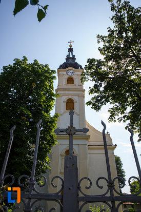 biserica-sarbeasca-maica-domnului-1768-din-ciacova-judetul-timis-vazuta-prin-poarta-de-fier.jpg